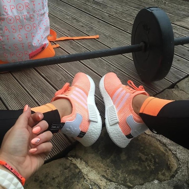Friday squats at home, untill the DJ set ends😜🤘🏋🏻‍♀️ peach🍑for 🍑peach #primafit #fitness #training #squats #fridayathome #adidas #limitededition #nmdr1 #peach #dj #set #kalkbrenner #ahayesyes #bestmotivation