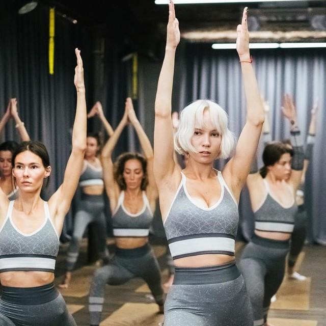 Z-Yoga - твой внутренний заряд выходит в свет ☀️ 21 июня мы отметили Всемирный день йоги мощнейшей практикой от raufasadov 🧘🏻♂️ ⠀ Под живые звуки ханга и скрипки учились слушать свое тело и концентрироваться 🏄🏻♀️ Каждая Z-Girl до сих пор делится с нами эмоциями после класса: ⠀ Это работает! Вы показали, как переключить фокус внимания с работы, быта на себя и свои чувства⚡️❤️ ⠀ Наша йога про то, чтобы быть собой, проживать каждый день как праздник - маленький или такой зарядительно яркий как Z-Yoga Party🥳 ⠀ Спасибо всем гостям #ZaryadFamily, команде adidasrussia за ваш Zаряд🚀 Он рассеет тучи над городом для Z-лета 🔥 ⠀ #ясоздаюсебя #ZaryadYourLife