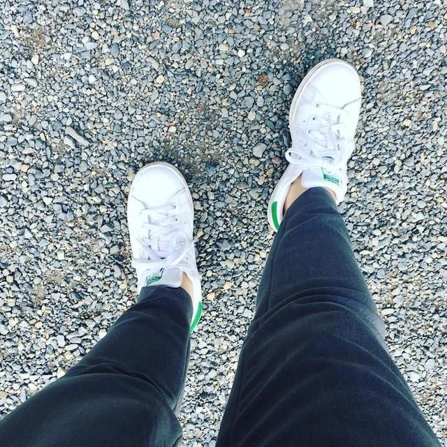 今日の足元🐾 安定のスタンスミス❤️ヒモが汚れとる(笑) #足元倶楽部#adidas#スタンスミス#グレーのパンツによく合う#綺麗めな格好にも合う#履きやすさ半端ない#安定のshoes#吉田神社#京都大学見に来た