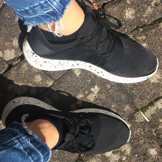 Verliebt in meine neuen Schuhe😍  Sneakers kann man nie genug haben , nicht wahr?!😋👟👟 #Special #gesprenkeltesohle  #sneakeradidas #sneaker #adidastubular #adidas #adidastubularviral #love #myfavorite #only #black #sneakerholics #new #crazy #style #fashion #happy #photooftheday #shoes #adidastubularviralw