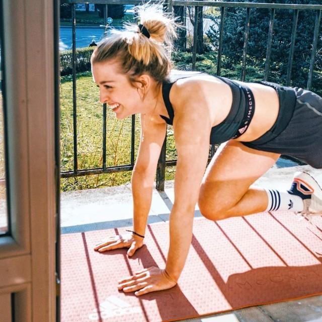 «Adaptation» ✊ C'est le mot qui représente notre quotidien à tous en ces temps difficiles. Home-trainer, renforcement musculaire avec l'app adidasruntastic sur le balcon... c'est ce qui me permet de m'aérer un peu chaque jour.  D'ailleurs, l'application a décidé de rendre son abonnement premium gratuit depuis lundi ! Rendez-vous dans ma story pour retrouver le lien et en profiter 🏡💦 #hometeam _ adidasparis adidaswomen  #stayathome #confinement #staypositive