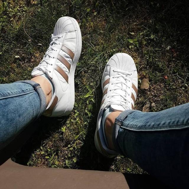 Waiting the week-end 🤗💕 Et dire qu'il devait faire couvert.. Je suis en train de cramer au soleil 🌡☀ Training : Demain 4ème et dernière séance de sport de la semaine, c'est muscu, ma préferée 😍. J'ai hâte 🏋  Ah oui je vous avez pas présenté les petites dernières : GOLD 👟😍 #stan #stansmith #superstar #gold #garden #spring #sun #sunnyday #fit #fitness #fitfam #fitgirl #muscu #renforcement #cardio #keepcool #semaine2 #seance3 #sport #nopainnogain #workout #photographie #picofthday #tourscity #instadaily #instamood #miss #mylove #waiting #tomorrow