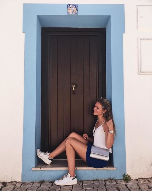 Chillings in the matchy doorpost • • • Shirt: @hm #hm #hmcollection Skirt: @bershkacollection #bershkastyle  Shoes: @adidas #stansmith  Watch: #donnamae @lucardi_juwelier  #albufeira #portugal #algarve #albufeiraoldtown #doorpost