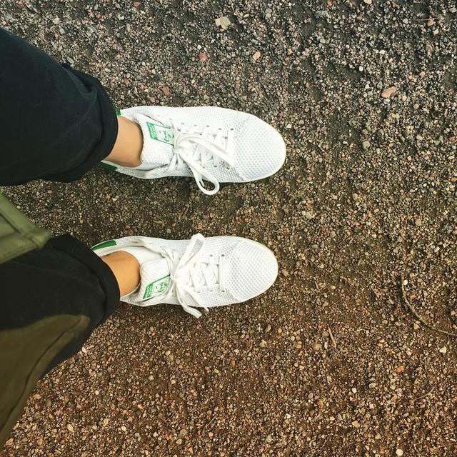 Beste Schuhe für Schmuddelwetter an der Alster - Hauptsache der Dackel hat Spaß 🙈😂😜 #alster #schnuddelwetter #stansmith #dackelliebe #pfütze #hamburg