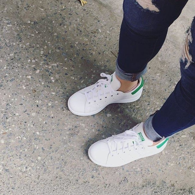 Gia nhập #teamgiaytrang 😝  Và đây có thể là lúc duy nhất nó sạch sẽ tinh tươm nên phải chụp lại ngay 😅😅 #whiteshoesteam #stansmith #adidasshoes #newbaby 👟👟