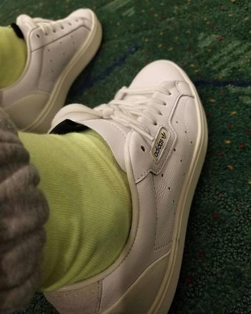 go-to: white leather court sneaks #whenyoucantdecideonwhattowear #travelday #twohoursofsleep #pdxcarpet #adidasSLEEK #adidasoriginals #packedsomanylayers