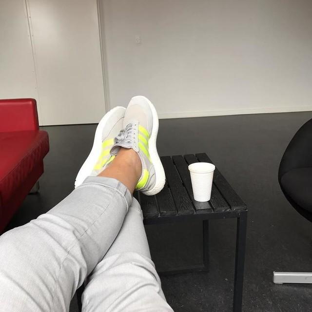 Det er hårdt at jobbe😥😬 #coffeine #saveme #workworkwork #adidas #iniki #kaffe #💰 #hunblevbaresåglad #hendeher❤️ @frkhmlarsen 😘☀️