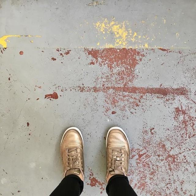 Briefing time - New project soon ✨ #gold #floor #loft #painting #sneakers #gloss #atelier #interiordesign #vintage #industrial #underground #reebok #wip #chic #lifestyle #urban #urbanstreet #streetwear