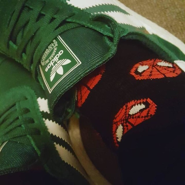 Il calzino con l'uomo ragno è bello fes! #adidas #shoes #iniki #socks #spiderman #spidermansocks #socksfetish #redmask #uomoragno #calzini #calziniuomoragno #boy #green #ilovemysocks #ilovemyshoes #fes #mondaymood #greymonday #rainyday #sockssmile #fun #lookatmyshoes #lookatmysocks