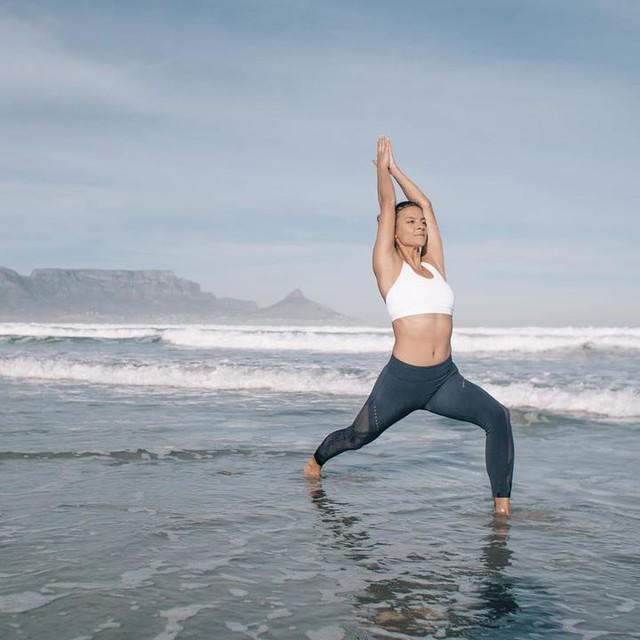 This #picture makes me #laugh as it was so much fun taking it... 😆  @diaryofalex and myself had to time it perfectly and - of course -after trying two times only my lovely @adidasza pants were soaking wet 💦😬 #yogamodel #yoga #model #neverdone #heretocreate #adidas #iloveyoga #cresentlunge