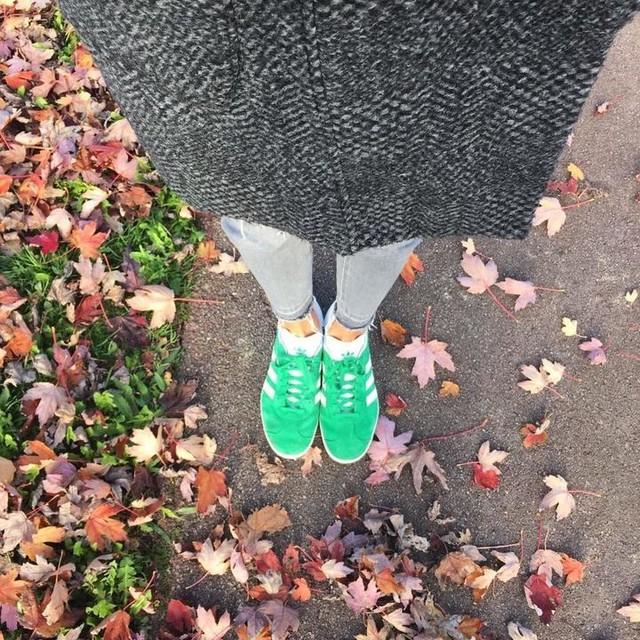 Buenas noches 💤😴🌙😘 Looks sencillos sin complicaciones y cómodos. No me da mucho tiempo para pensar por las mañanas así que la mayoría de los días voy parecida, o un jeans o un pitillo gris con mi abrigo de @eseoesestyle . El cambio o toque se lo doy con el calzado que hoy he decidido que sean mis #gazelle @adidas_es ! Feliz noche a todos 😘😘 #soniaescobar #instagramers #look #outfit #adidas @adidasoriginals