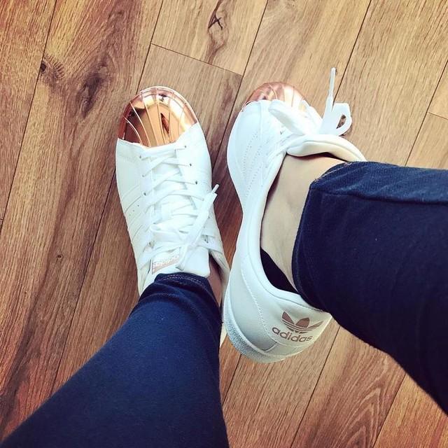 Quand tes collègues t'offrent les plus belles baskets de l'univers 👟😍 #adidas #adidassuperstar #superstar #shoes #chaussures #baskets #new #birthdaygift #adidasoriginals #love #basketlover #ootd #mode #style