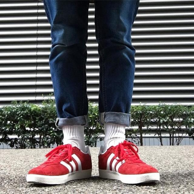 トリコロールカラー! . . #見ての通りサイズ大きめです . #あしもと #足元倶楽部 #置かず倶楽部 #ジーパン #デニム #白靴下 #スニーカー #sneaker #adidas #gazelle #gazellesp