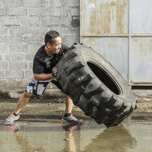 """When life knocks you down,  flip it and see it in the different perspective. 💪🏋 #BeMoreHuman  1 more week to Reebok Spartan Race Malaysia, have you own a good pair of All Terrain shoes up for this challenges? 😍 """"No worries"""" to any wet and mud obstacles.  Register the race here today: http://www.spartanrace.my/en/race/detail/2441/overview  #Reebok #ReebokMalaysia #ReebokAthleteSummit #reebokspartanrace #spartanrace #spartanracemy"""