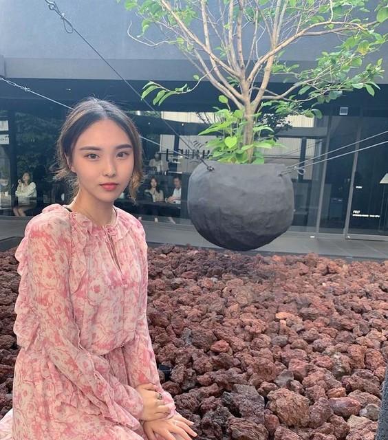 yunji39 - Tuta Flora Rosa - Design corto con rouche e motivo floreale