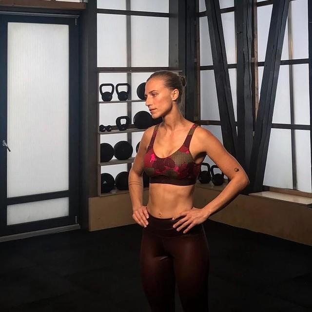5% des gestrigen Tages sahen in etwa so aus 👆🏽... die anderen 95% spüre ich heute fast überall in Form von Muskelkater. Ich habe ein paar Übungen für euch zusammengestellt und gemeinsam mit @editionf_com @runbaseberlin können diese bald eure workout routine ein wenig verschärfen 🔥 Watch this space. ... und das alles in der neuen @adidas_de Statement Collection😍❤️ - #strongerforit #adidas #anzeige #shooting #runbaseberlin #heretocreate #training #strongwomen #fitness