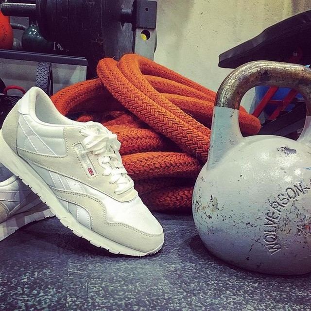 Keeping it #oldskool @onelife_personaltraining studio with @reebokclassics First weeks almost over 💪🍾💪🍾💪 #onelifepersonaltraining #battleropes #kettlebell #fitness #exercise #reebok #reebokclassics #personaltrainer #stokenewington
