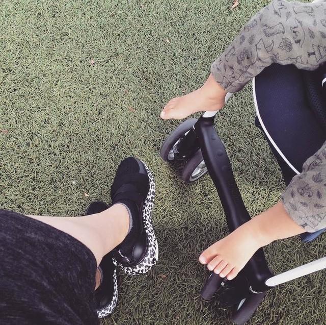小熊みたいな次男のあんよ。 遺伝って恐ろしい。 (私じゃないよ)  色々あって、とっ散らかった感情とか、もろもろを整理したり振り切るために夜ラン始めたら膝いわしましたw  一目惚れして普段履き用に買ってた #ultraboost が本来の役割を果たせて何より。  adidas #ウルトラブースト #adidas #adidasbystellamccartney #stellamccartney #ステラマッカートニー