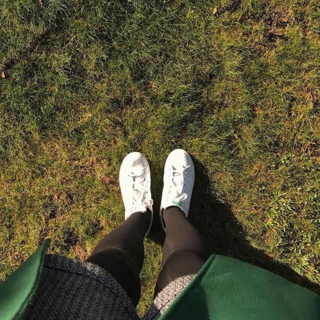 """The grass is greener where you water it"" ~ Neil Barringham 🌱💦👣 #myyellowfootprints #green #greenworld #grass #greengrass #verde #mundoverde #relva #lifequotes #adidas #adidasstansmith #selfeet #selfeetwink #happyfeet #ihavethisthingwithfloors #ihavethisthingwithcolor"