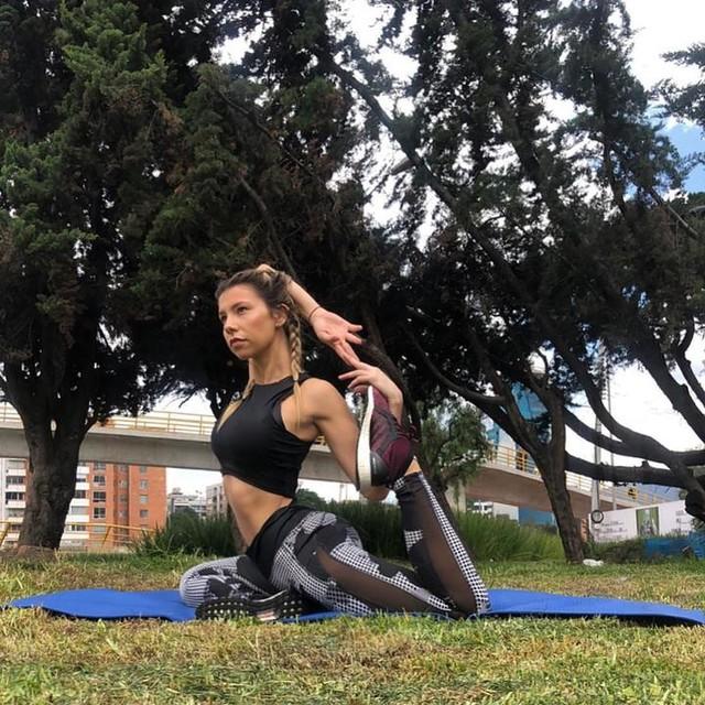 Amanecemos haciendo lo que amamos 🍃🧗♀️🤸♂️ Hoy un poco de yoga, para revitalizar y estirar el cuerpo. Qué mejor que mi outfit se acomode perfectamente a mi actividad física de cada día? 💪🏻🍃#heretocreate #creadoconadidas @adidasco