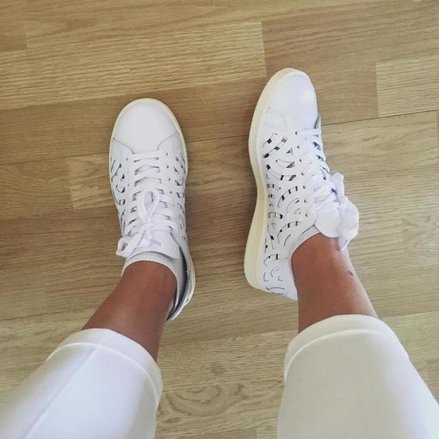 Encore des chaussures ? Euuuh non 😇 #mesnouvellesbaskets #mercimamanmercipapa #ellessonttrouées #paspratiquequandilpleut #adidas #adidasstansmith #adidasoriginals #ellessontbellles #onkiffgrave #laquestionsestvaisjepuerdespieds ?